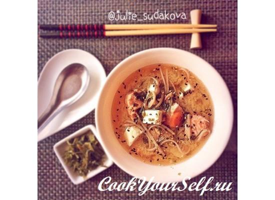 Мисо суп с лососем и гречневой лапшой